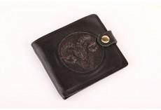 Menší peněženka zdobená plastikou - černá