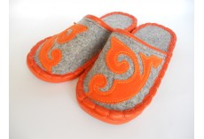 Plstěné pantofle šedé s oranžovým zdobením