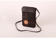 Černá kožená kabelka s raženým symbolem