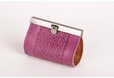 Malá kožená peněženka s kovovým zapínáním fialová