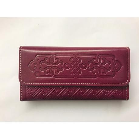 Kvalitní kožená peněženka s raženými ornamenty tmavě malinová