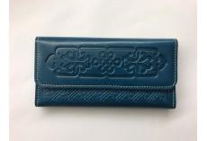 Kvalitní kožená peněženka s raženými ornamenty petrolejová
