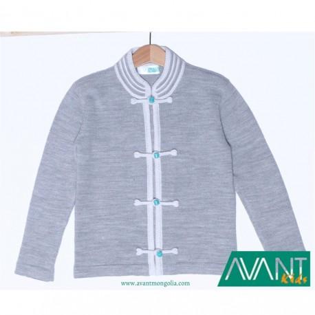 Šedý svetr s okrasným zapínáním