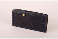 Tmavě červená kožená peněženka s raženými ornamenty