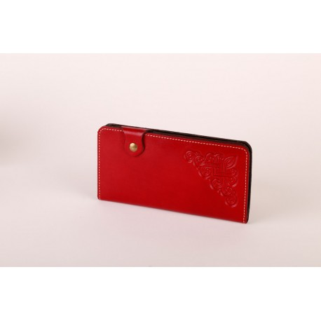 Červená kožená peněženka s raženými ornamenty