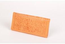 Dámská okrová kožená peněženka s raženým vzorem