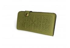 Kvalitní kožená peněženka s raženými ornamenty v hráškově zelené
