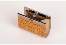 Malá kožená peněženka s kovovým zapínáním béžová