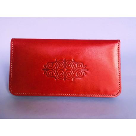 Jednoduchá červená kožená peněženka s raženými ornamenty
