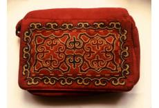 Červená kabelka s kazašskou výšivkou