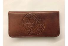 Jednoduchá kožená peněženka s květinovým ornamentem